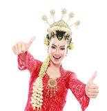 Felice della donna Java tradizionale che mostra i pollici su fotografia stock libera da diritti