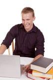 Felice di studiare computer portatile Immagine Stock