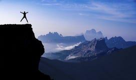 Felice e liberi al picco delle montagne Fotografia Stock Libera da Diritti