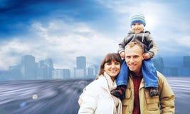 felice familynear della città Fotografie Stock Libere da Diritti