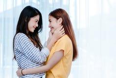 Felice lo stesso abbraccio lesbico asiatico dell'amante delle coppie del sesso fotografie stock