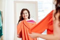 Felice più la donna di dimensione con la camicia allo specchio Fotografia Stock Libera da Diritti