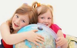 Felice, ragazze, bambini, fratelli germani, globo. Fotografie Stock Libere da Diritti