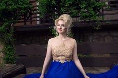 Felice, sorridendo, bella donna bionda in un vestito elegante immagini stock