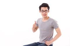 Felice, sorridendo, riuscito uomo del nerd del genio che dà pollice su Immagini Stock Libere da Diritti