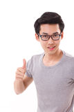 Felice, sorridendo, riuscito uomo del nerd del genio che dà pollice su Immagini Stock