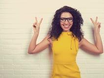 Felice, sorridere, sicuro, donna che dà la vittoria di pace, due firmi il gesto Fotografie Stock Libere da Diritti