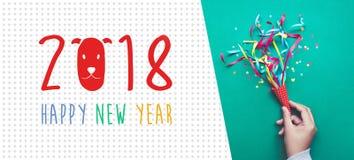 2018 Felices Año Nuevo con confeti colorido Imágenes de archivo libres de regalías