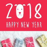 2018 Felices Año Nuevo con la caja de regalo, presente en fondo de la nieve Imágenes de archivo libres de regalías
