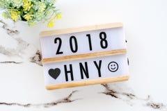 2018 Felices Año Nuevo en la caja de madera en el fondo de mármol blanco de la tabla Fotografía de archivo libre de regalías