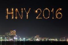 2016 Felices Año Nuevo hechas del fuego artificial de las chispas en la noche Imagen de archivo libre de regalías