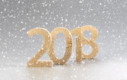 2018 Felices Año Nuevo, números cortaron de la madera ligera en un backg gris Imagenes de archivo