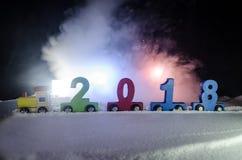 2018 Felices Año Nuevo, números que llevan del tren de madera del juguete de 2018 años en nieve Tren del juguete con 2018 Copie e Fotos de archivo