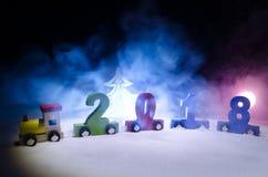 2018 Felices Año Nuevo, números que llevan del tren de madera del juguete de 2018 años en nieve Tren del juguete con 2018 Copie e ilustración del vector
