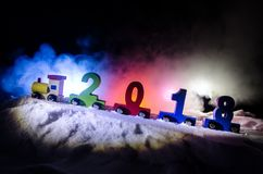 2018 Felices Año Nuevo, números que llevan del tren de madera del juguete de 2018 años en nieve Tren del juguete con 2018 Copie e Imagenes de archivo