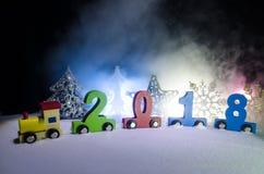 2018 Felices Año Nuevo, números que llevan del tren de madera del juguete de 2018 años en nieve Tren del juguete con 2018 Copie e Foto de archivo libre de regalías
