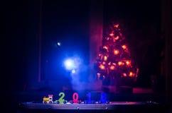 2018 Felices Año Nuevo, números que llevan del tren de madera del juguete de 2018 años en nieve Tren del juguete con 2018 Copie e Imagen de archivo libre de regalías