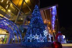 Felices accesorios del árbol de navidad y de la correa de Navidad con la caja de regalo en la noche foto de archivo