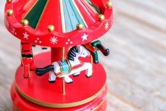 Felices blancos del caballo de la caja de música van los clo rojos del juguete de los caballos del carrusel de la ronda Foto de archivo libre de regalías