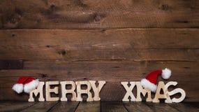 Felices letras de Navidad en fondo de madera: idea para un coche del saludo Imagen de archivo libre de regalías
