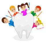 Felices niños con los cepillos de dientes en manos Imágenes de archivo libres de regalías