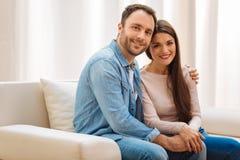 Felices pares atractivos que se abrazan Foto de archivo libre de regalías