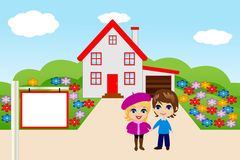 Felices pares graciosamente en un fondo una nueva casa Imágenes de archivo libres de regalías