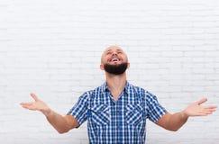 Felici emozionanti barbuti casuali dell'uomo di affari cercano il gesto di mano Fotografie Stock Libere da Diritti