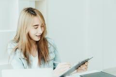 Felici teenager di giovani affari asiatici degli impiegati godono di di lavorare Immagini Stock Libere da Diritti