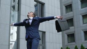 Felicidad acertada de la sensación del hombre de negocios de la promoción del trabajo, logro del ganador metrajes