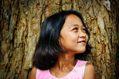 Felicidad asiática de los niños debajo de un árbol Imágenes de archivo libres de regalías