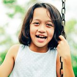 Felicidad asiática de los niños y sonrisa en el oscilación Imágenes de archivo libres de regalías