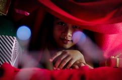 Felicidad asiática del niño en la cama Imagen de archivo libre de regalías