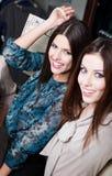 Felicidad de dos novias con el pelo oscuro largo Imagen de archivo libre de regalías