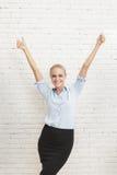 Felicidad de la empresaria con las manos para arriba y los pulgares para arriba Imagen de archivo