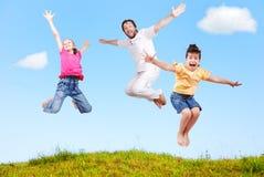 Felicidad de la familia al aire libre Fotografía de archivo libre de regalías