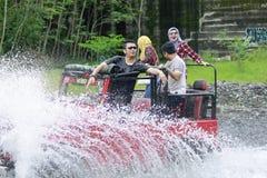 Felicidad de la gente joven que goza de Jeep Tour Sensation Imagen de archivo libre de regalías