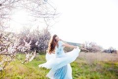 Felicidad de la primavera Mujer joven hermosa feliz en parque del flor Imágenes de archivo libres de regalías
