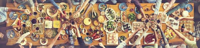 Felicidad de los amigos que disfruta de concepto de la consumición de Dinning Fotos de archivo