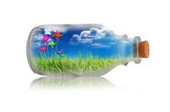 Felicidad del mantiene de la botella fotografía de archivo libre de regalías