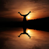 Felicidad en la puesta del sol foto de archivo