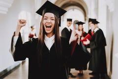 felicidad Muchacha asiática graduado standing casquillo fotos de archivo