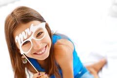 felicidad Muchacha que presenta con los vidrios Foto de archivo libre de regalías