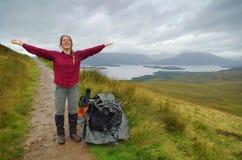 Felicidad pura en las montañas de Escocia Fotos de archivo