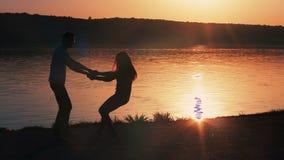 Felicidad y escena romántica de los pares del amor almacen de video