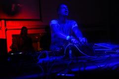 Felicidade da música, entusiasmo DJ, luzes azuis e vermelhas do clube noturno - DJ Cazanova Imagens de Stock Royalty Free