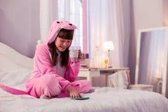 Felicidade de sentimento da menina moreno bonito em casa imagem de stock royalty free