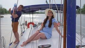 Felicidade do ` s da mulher, fêmea bonita das férias de verão com a família na água, viagem da família no lago, vídeos de arquivo