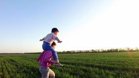 A felicidade do ` s das crianças, dois irmãos mais novo está tendo o divertimento Infância despreocupada filme
