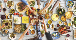Felicidade dos amigos que aprecia o conceito comer de Dinning imagens de stock royalty free